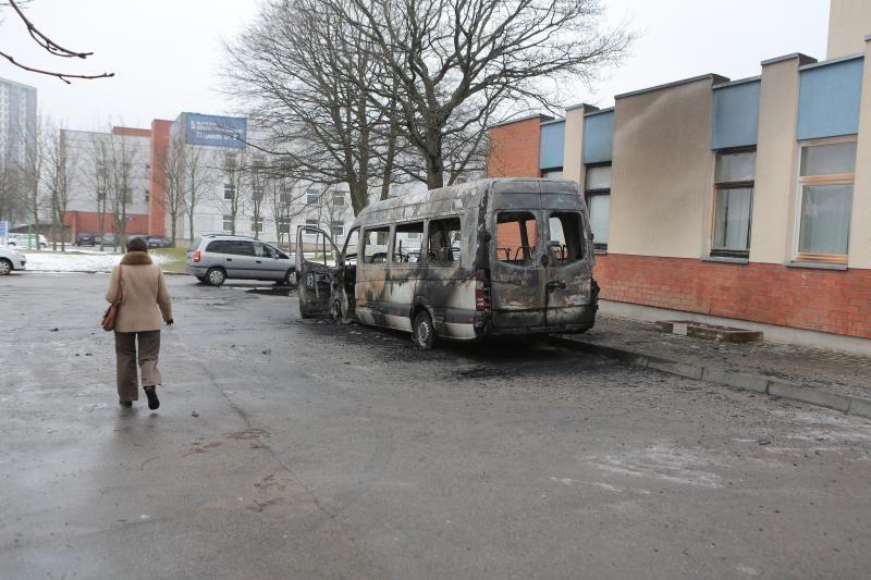 Padegėjai Klaipėdoje supleškino laidojimo įmonės mikroautobusą