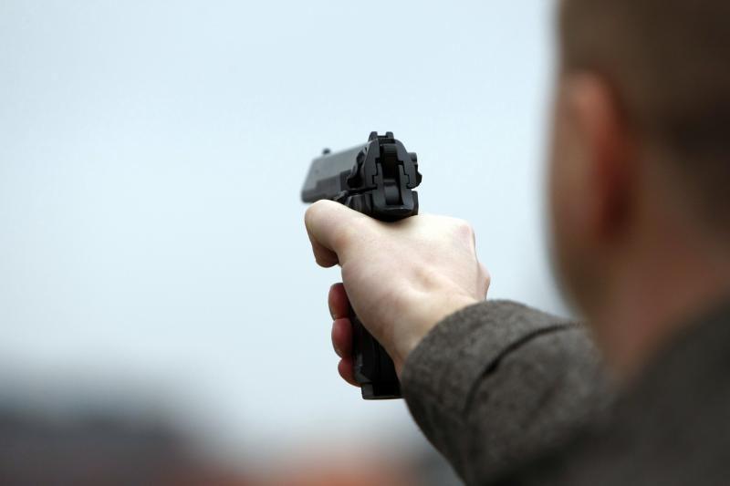 Girtas širvintiškis šaudydamas į orą grasino nužudyti seserį