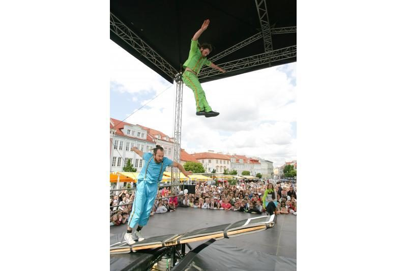 Rotušės aikštėje - švedų akrobatų šou