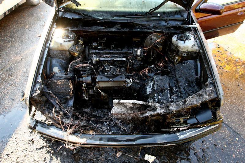 """Senutėlis """"Peugeot"""" užsiliepsnojo šeimininko akyse"""