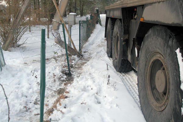 Vilniaus soduose nuslydęs kranas nuvertė dvejus vartus ir sulaužė stulpą