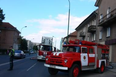 Klaipėdos daugiabučio namo pastogėje liepsnojo šlamštas