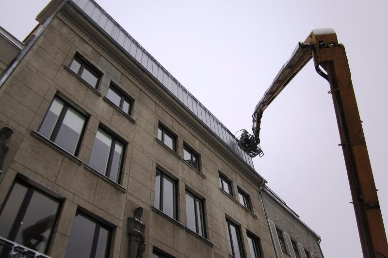 Nuo stogų styrantys varvekliai jau grūmoja praeiviams
