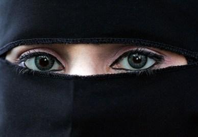 Prancūzijoje panaikinta paskutinė kliūtis įsigalioti draudimui viešumoje būti su burka