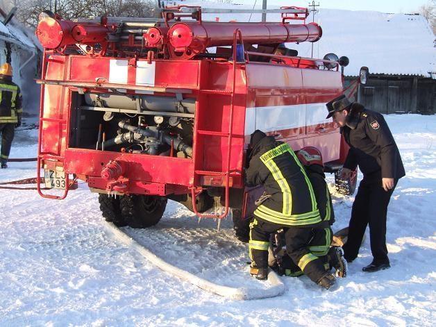 Ugniagesiai rengia gaisro gesinimo pratybas naftos terminale