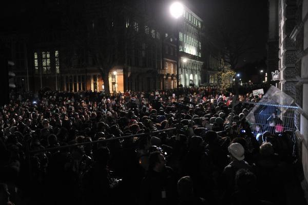 Britanijoje protestuojantys demonstrantai užpuolė princo Charleso automobilį
