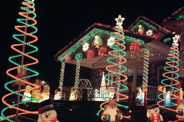 Namas, papuoštas milijonu lempučių