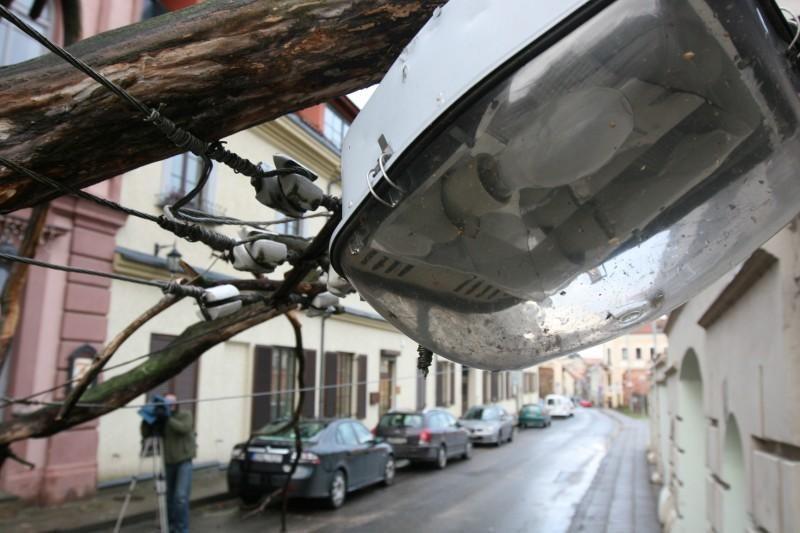 Vėtra Vilniuje ir apylinkėse didelių bėdų nepadarė (papildyta)