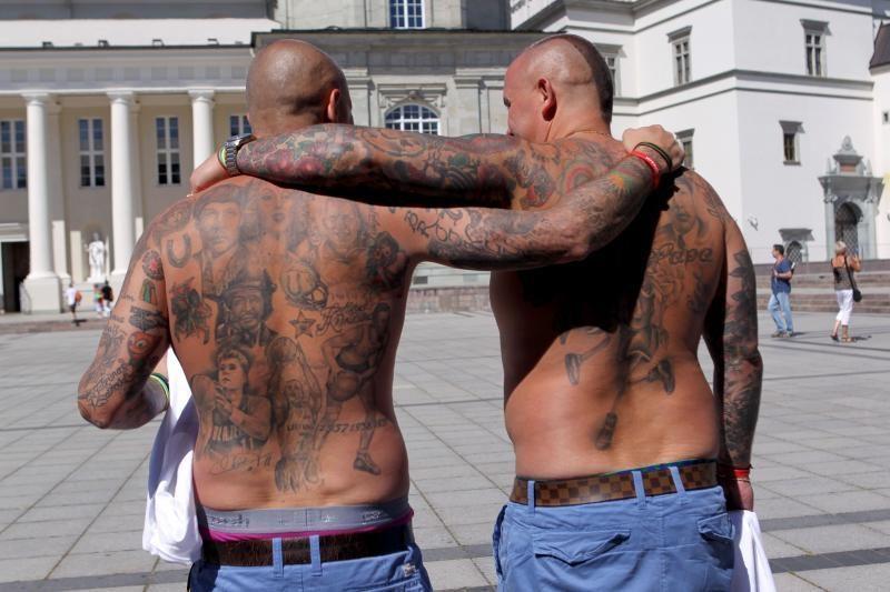 Brolių Lavrinovičių veidai atsidūrė ant sirgalių marškinėlių