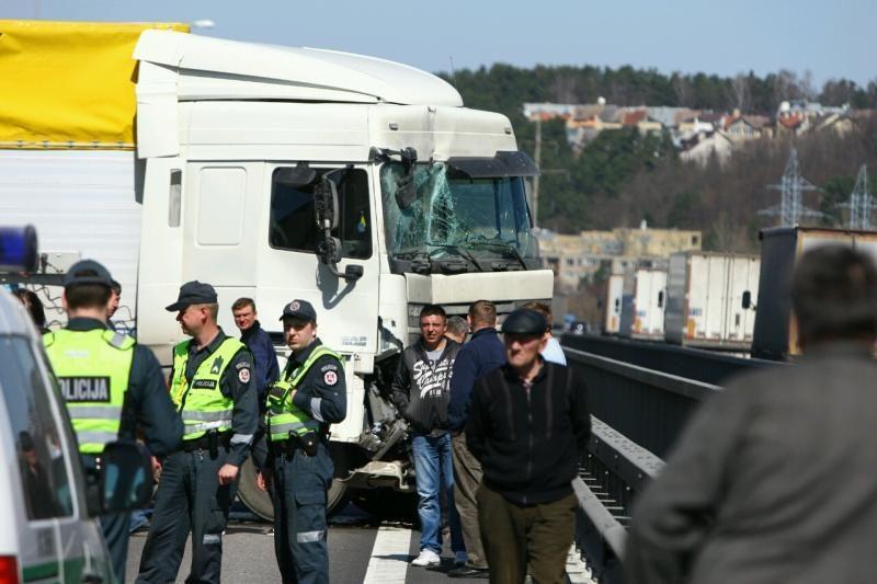 Ant Č.Radzinausko tilto susidūrė 3 vilkikai, kilo milžiniškos spūstys