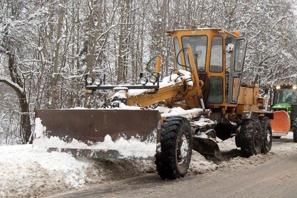 Valydamas sniegą sostinėje užsidegė greideris