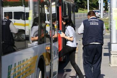 Zuikiai Kaune apgadino kontrolierių mašiną