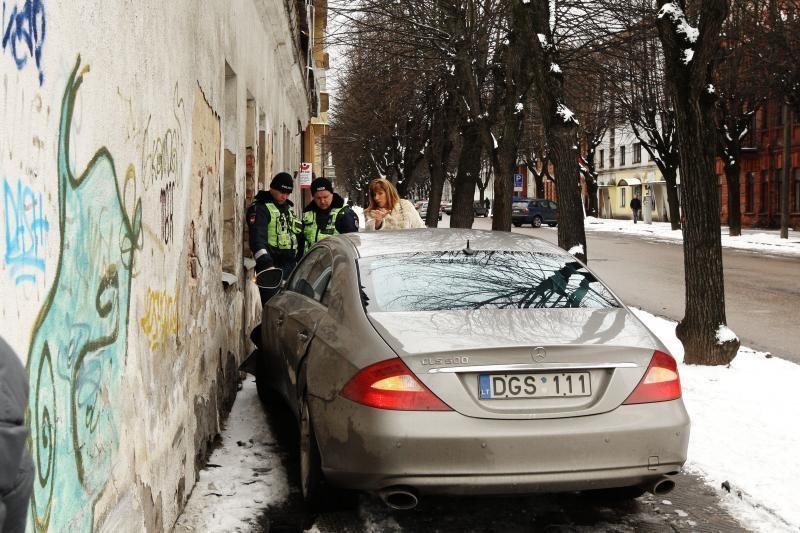 Užsižiūrėjusi į telefoną, moteris sukėlė avariją