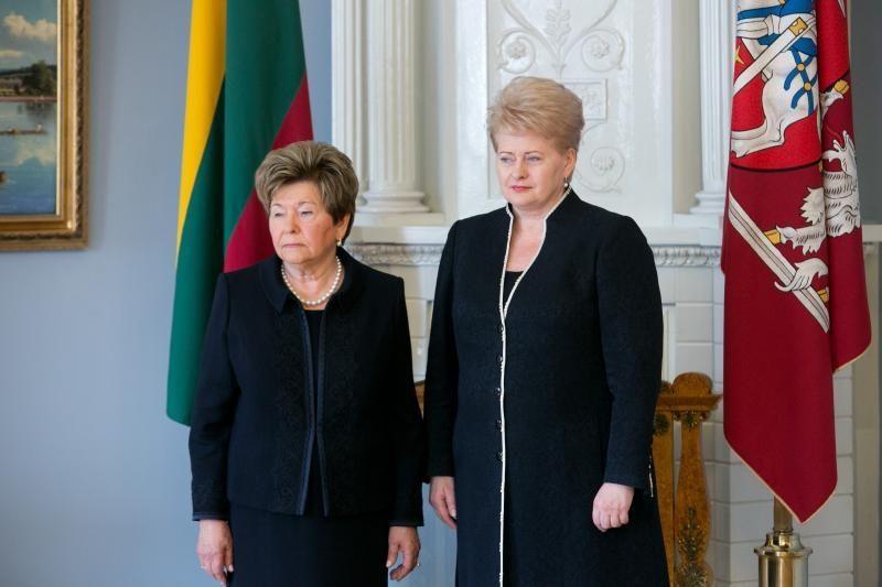 Atsiimdama prezidentui B.Jelcinui skirtą ordiną našlė jį pabučiavo