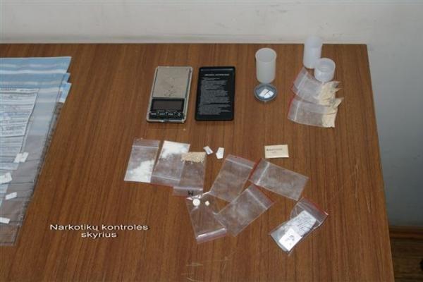 Pareigūnai toliau triuškina narkotikų prekeivių gaują