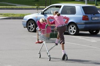 Vaikas prekybiniu vežimėliu atsitrenkė į mašiną