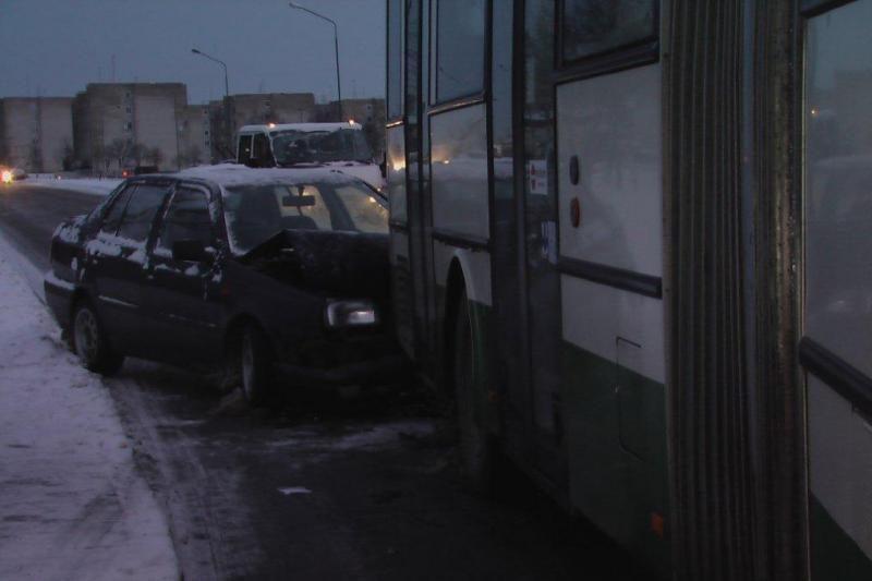 Klaipėdoje slidžiame kelyje nesuvaldyta mašina įsirėžė į autobusą
