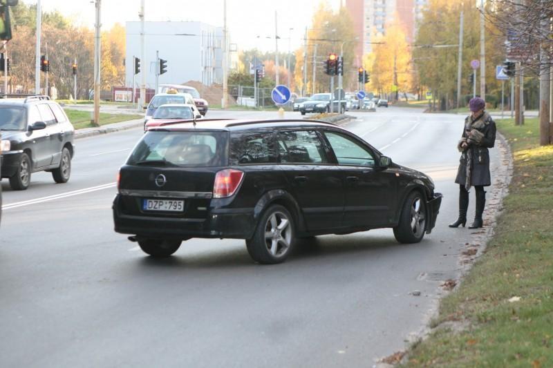 Per avariją Vilniuje apvirto moters taranuotas automobilis