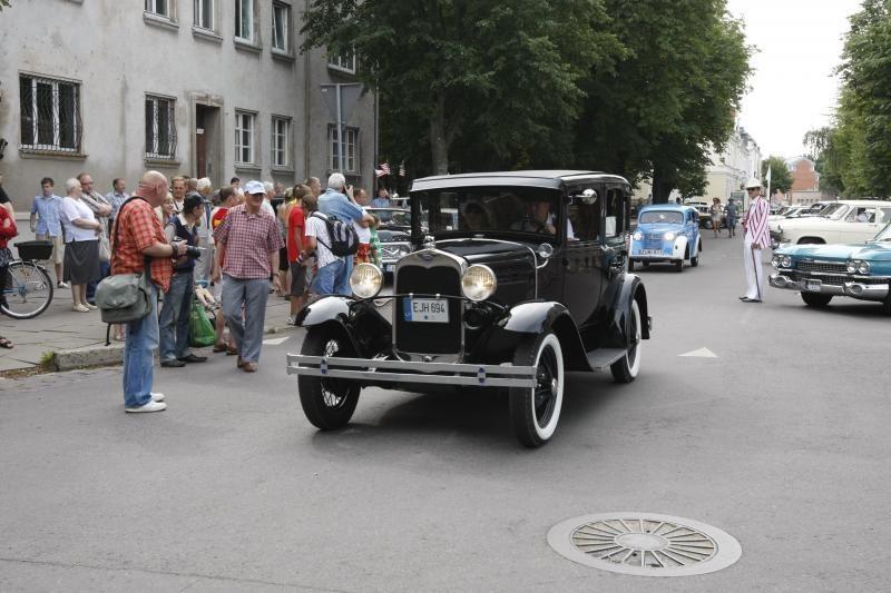 Senovinių automobilių paradui nesutrukdė net krepšinis