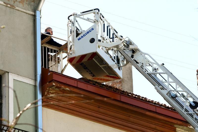 Laisvės alėjoje ugniagesiai išgelbėjo ant stogo užstrigusį katiną