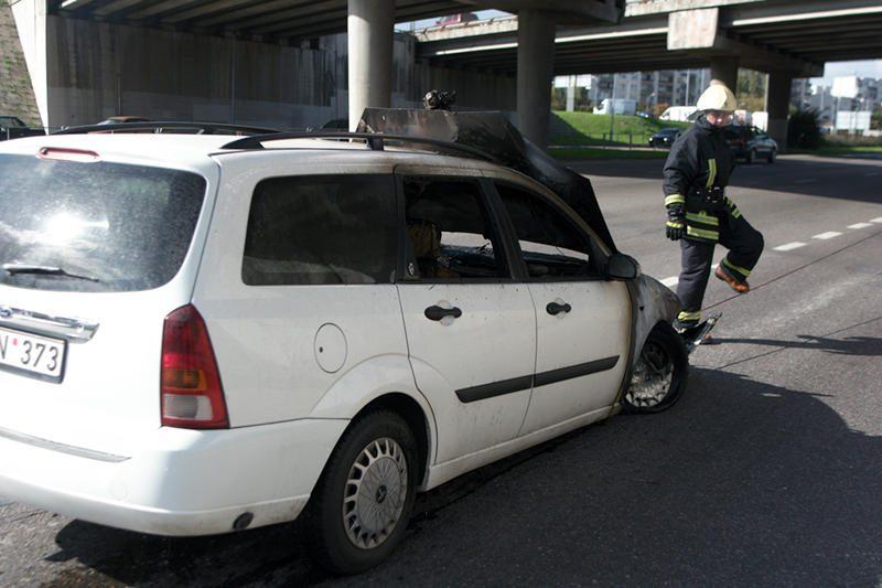 Važiuodamas iš techninės apžiūros centro sudegė lengvasis automobilis