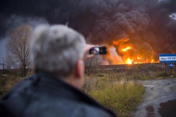 Lenkijos Balstogės mieste susidūrus dviem krovininiams sąstatams kilo milžiniškas gaisras