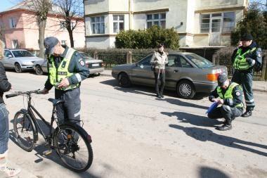 Uostamiestyje partrenkta mažametė dviratininkė