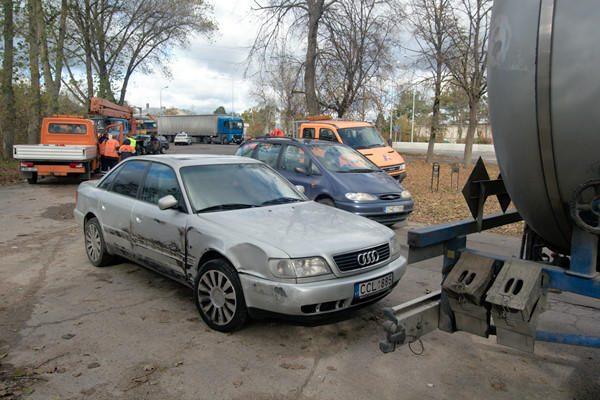"""Grigiškėse susidūrė keturi vilkikai ir """"Audi"""""""