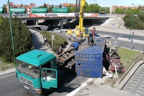Klaipėdoje sunkvežimis pametė krovinį