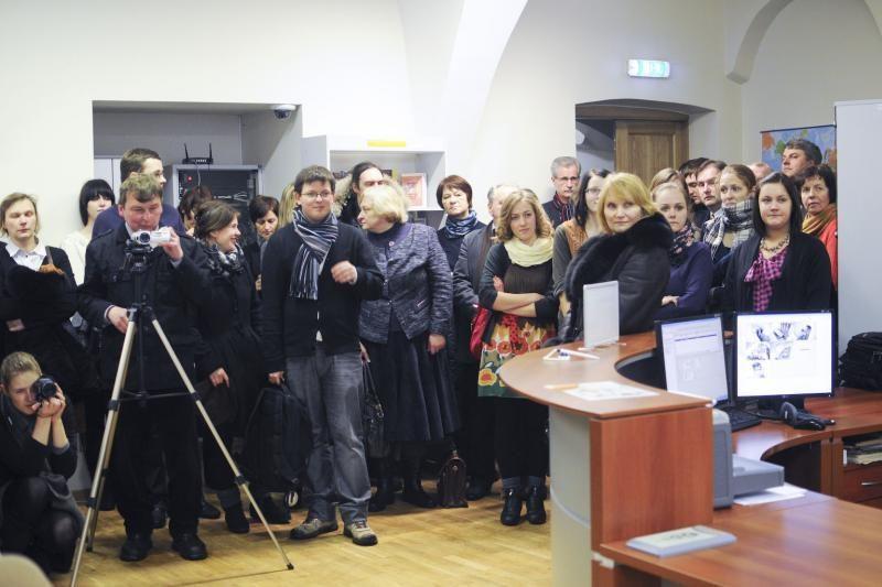 Būsimi žurnalistai prie knygų links centriniuose VU rūmuose