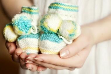 Teisininkai: motinystės išmokas sumažinęs įstatymas – neteisėtas
