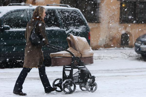 Pėstieji griūva ant ledo, vairavimo sąlygos tragiškos (papildyta)