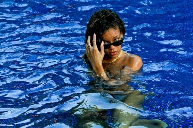 Rihanna intymiomis nuotraukomis erzina gerbėjus