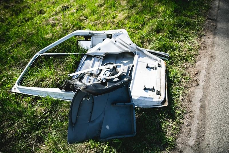 Avarija: sužalotas vairuotojas išlipo iš automobilio ir nuėjo į mišką