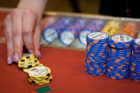 Nesutaria dėl azartinių lošimų reklamos: leisti ar uždrausti