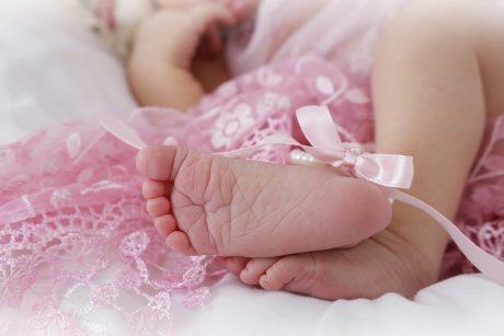 Rekordas: moteris per 9 minutes natūraliai pagimdė šešetuką