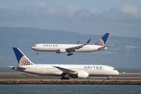 JAV oro bendrovei – kritika neįleidus į lėktuvą tampres mūvinčių mergaičių