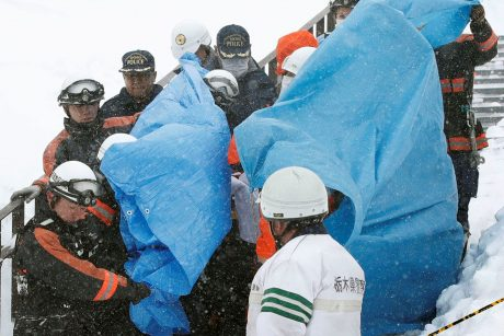 Japonijoje nuslinkus lavinai žuvo septyni moksleiviai ir mokytojas