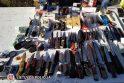 Pasirinkimas: tarp daugybės leidžiamų parduoti daiktų turgaus prekeivis turėjo ir priskiriamų nešaunamiesiems ginklams.