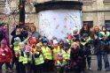 Įžymybių papuošti Vilniaus Šermukšnių gatvės medžiai primins apie silpniausiuosius