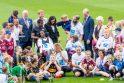 Dubline viešinčius Britanijos princą Harry ir jo žmoną Meghan pasitiko minios gerbėjų