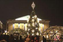 Vilniaus Rotušės aikštėje įžiebta elegantiška eglutė, į gatves išvažiavo traukinukas