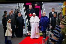 Dėl popiežių oro uoste sutikusios mergaitės – aštrios diskusijos feisbuke