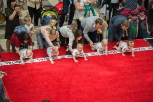 Sostinėje surengtos smagios kūdikių lenktynės