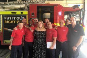 Adele po gaisro Londono daugiabutyje aplankė ugniagesius