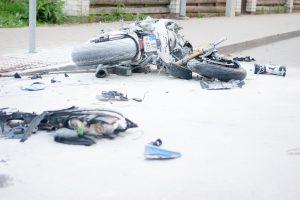 Avarijos pasiglemžė motociklininko ir pėsčiojo gyvybes