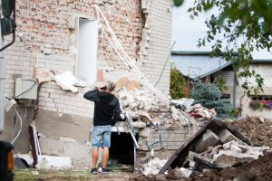 Košmaras Garliavoje: žmones pažadino griūvantis namas