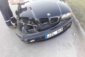 """Šilainiuose BMW rėžėsi į """"Alfa Romeo"""", Tvirtovės alėjoje partrenktas dviratininkas"""