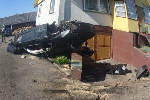 Jaunos BMW vairuotojos kelionė baigėsi smūgiu į namo sieną