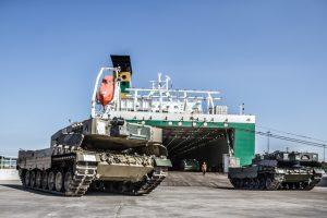 Klaipėdoje iškrauti norvegų tankai ir kita technika